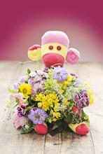 Spielzeug Affe Mit Blumenstrauss