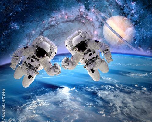 dwoch-astronautow-z-nasa