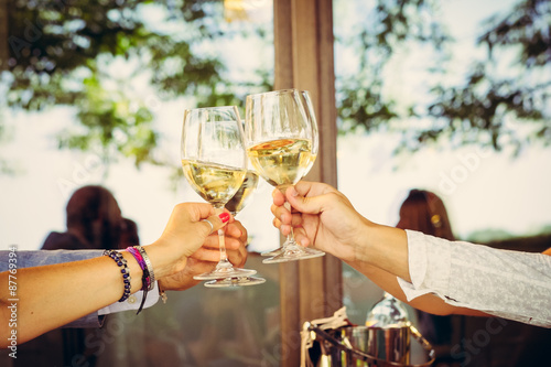 Fotomural Aperitivo e brindisi con bichieri di vino bianco