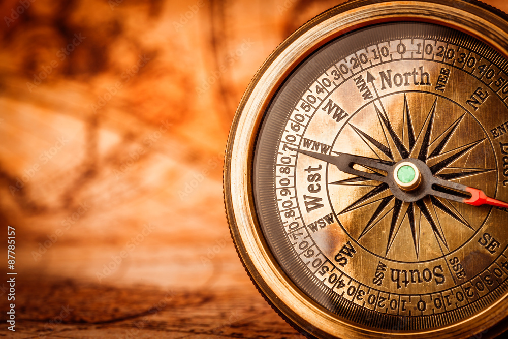 Vintage compass lies on an ancient world map. Foto, Poster ...