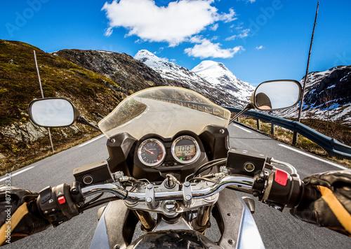 biker-widok-z-pierwszej-osoby-gorska-serpentyna