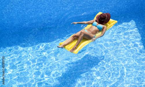 Valokuva  Frau auf Luftmatratze im Pool
