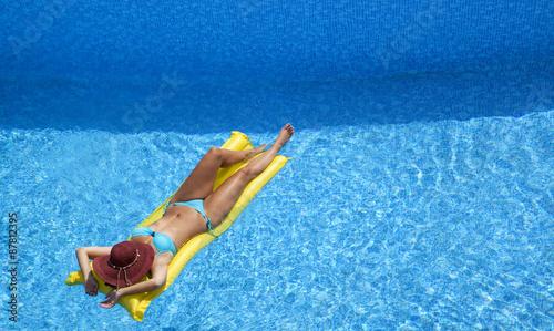 Fototapeta  Frau im Swimmingpool auf Luftmatratze