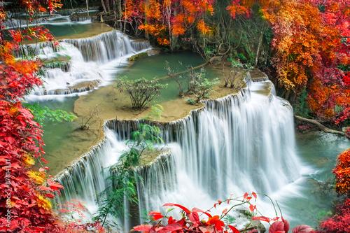 piekny-wodospad-w-tropikalnym-lesie