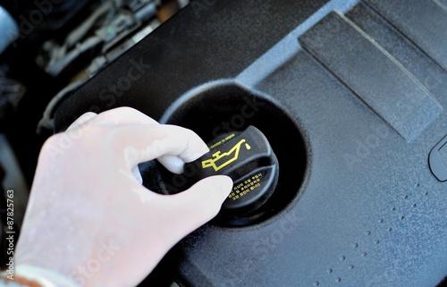 Fotografía  Controllo del livello dell'olio motore dell'Automobile