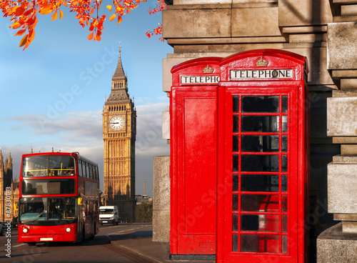 Poster Londres bus rouge Big Ben with bus and red phone boxes in London, England