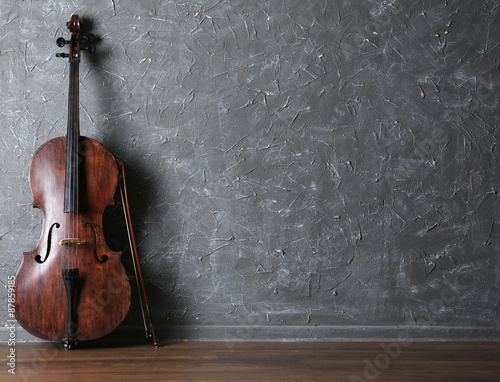 Foto Classical cello and bow on gray wall background