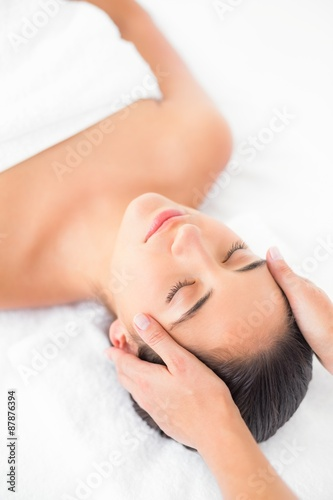 Photo  Attractive young woman receiving head massage at spa center