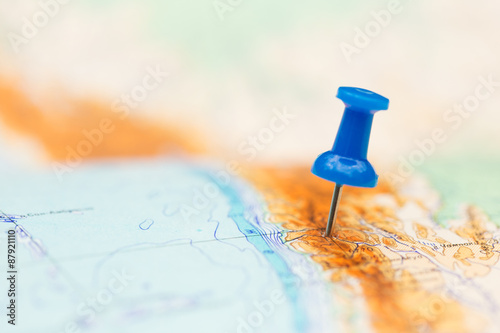 Spoed Foto op Canvas Wereldkaart Travel destination, blue pin on the map
