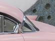 Heckflosse und Panoramascheibe eines rosa Straßenkreuzer aus Detroit in Krofdorf-Gleiberg