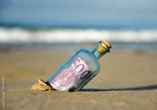 Fotografering  Billete de 500 euros en una botella encontrada en la playa