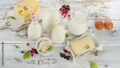Poster Produit laitier Dairy products on white wooden table.