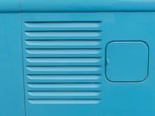 Lufteinlass Für Die Kühlung Des Heckmotors Eines Kleintransporters Und Klappbarer Tankdeckel