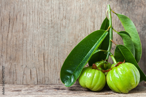 Photo  Still life with fresh garcinia cambogia on wooden background