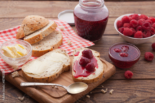 Photographie  overhead view on healthy breakfast with strawberry jam