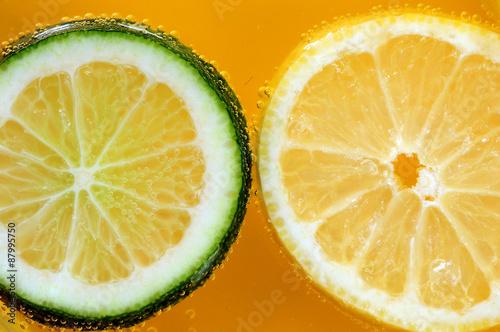 Limonka i cytryna na pomarańczowym tle