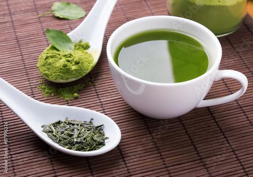 zielona-herbata-w-bialych-naczyniach-na-brazowej-macie