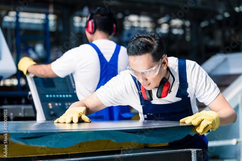 Fotografie, Obraz  Kolektiv pracovníků s plechů na frézou v asijské továrny