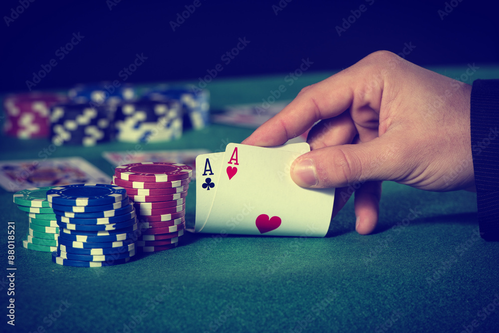Fotografia  Closeup of poker player with two aces