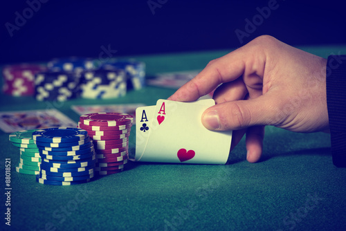 Fotografija  Closeup of poker player with two aces