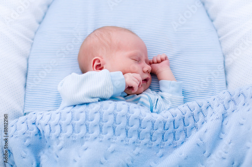 Photo Newborn baby boy in white bassinet