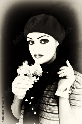 Photo  mime with a flower