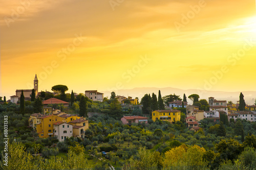 Poster Jaune Tuscany town in the hills