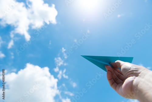 Foto  Papierflugzeug gegen bewölkten Himmel