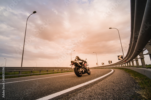Foto  Motociclista su moto da strada