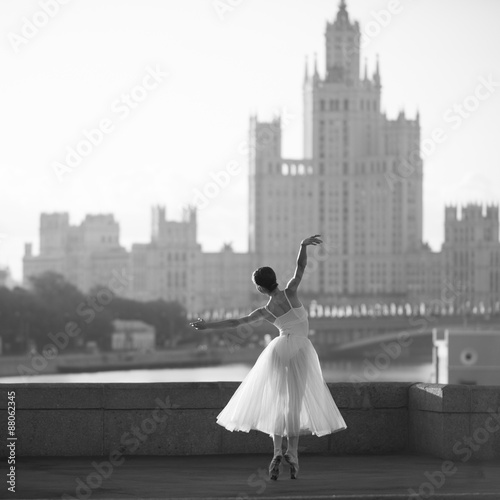 Fotografie, Tablou  Ballerina dancing in the center of Moscow in the morning