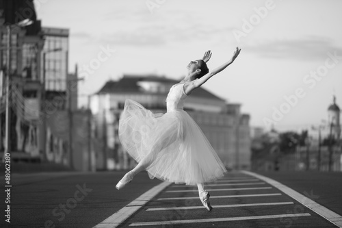 Photo  Ballerina dancing in the center of Moscow in the morning