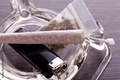 Fotografía  Close up of marijuana and smoking paraphernalia