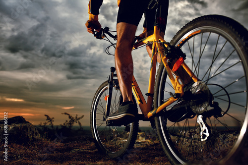 Foto  Mountain Bike cyclist riding outdoor