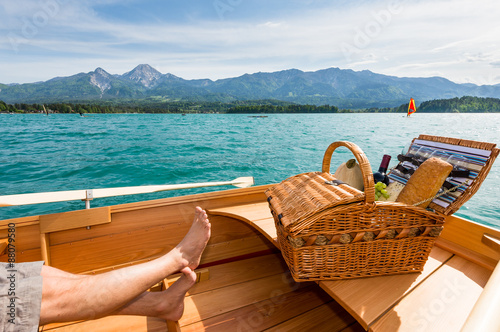 Tuinposter Picknick Picknick am Boot beim See