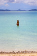 Femme marchant dans le lagon