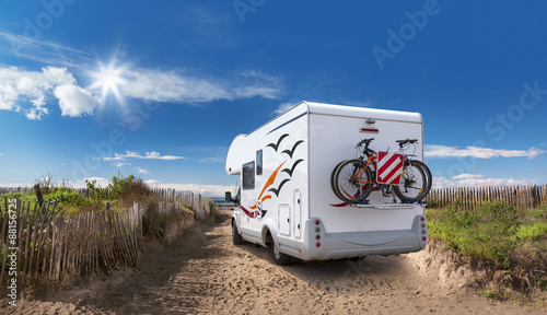 Tuinposter Kamperen Camping On the Beach
