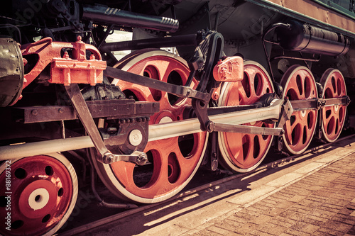 Fotografia  Red locomotive wheel