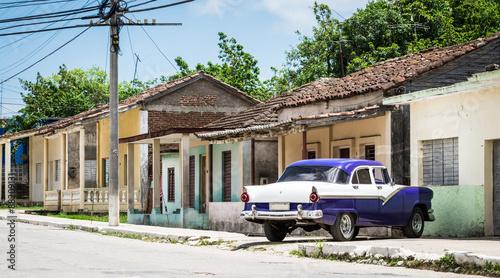 HDR Kuba blauer amerikanischer Oldtimer parkt vor einem Haus ...