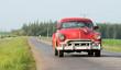 Kuba Innenansicht eines blauen amerikanische Oldtimers mit Strandansicht