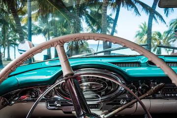 HDR Kuba Innenansicht eines blauen amerikanische Oldtimers mit Strandansicht