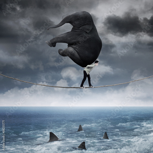 Fotomural Person carrying an elephant above sea