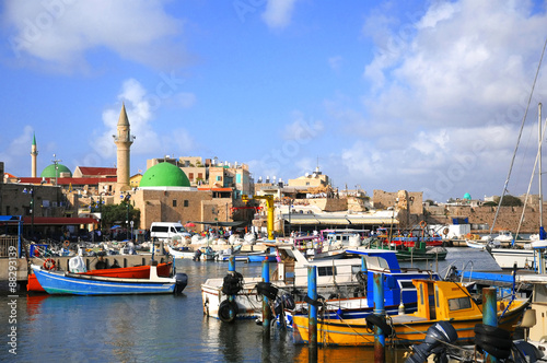 Photo Yachts and boats on the background of the Mosque of the port of Acre, Israel