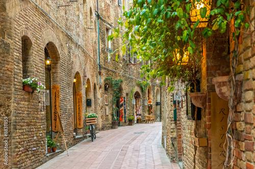 Obraz Uliczka w starym miasteczku San Gimignano, Toskania, Włochy - fototapety do salonu