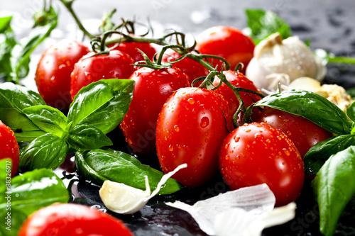 Fotografía  Frische tomaten mit basilikum und knoblauch