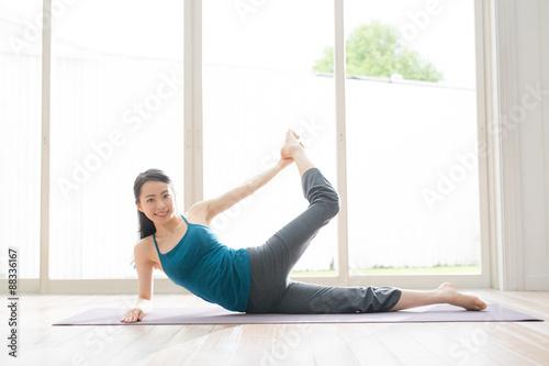 Montage in der Fensternische Yoga schule ヨガ・運動