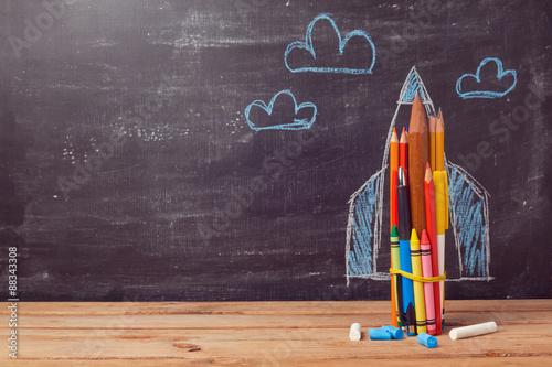 Fotografía  Volver a la escuela de fondo con el cohete hecho de los lápices