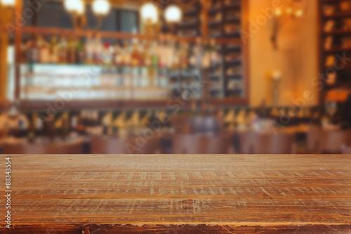 Fotografía  Interior de la barra con mesa de madera retro