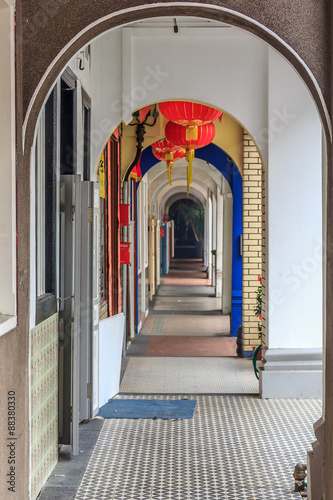 Tuinposter Singapore Archway in street in Singapore