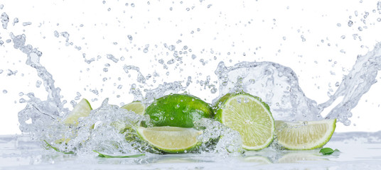 Panel SzklanyFresh limes with water splashes