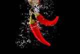 Fototapeta Fototapety do łazienki - Czerwona papryka wpadająca do wody